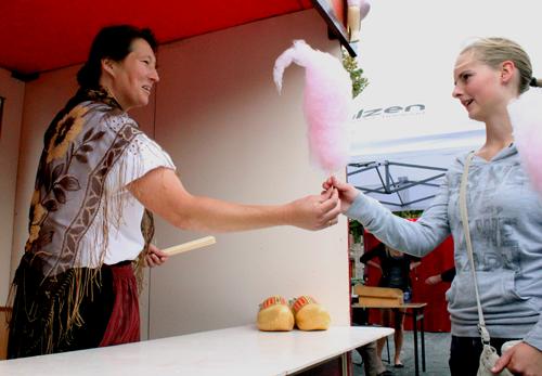 Op elke kermis hoort een suikerspin kraampje. Ook op de boerenkermis, vooral als daarin zo'n charmante boerin van die grote roze suikerspinnen draait. Altijd vrolijk, in deze mooie stand, nostalgisch gekleed krijgen de kinderen een suikerspin met een lach!