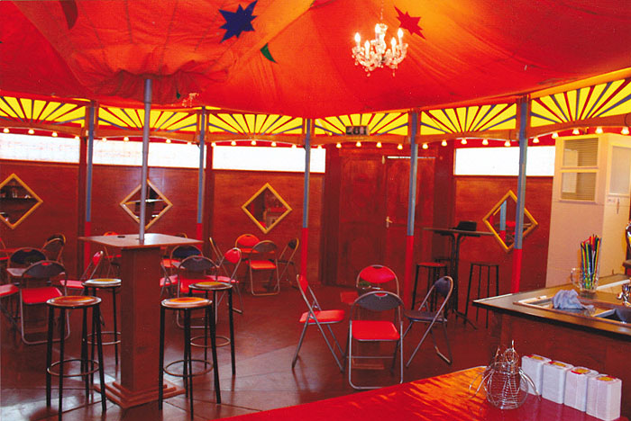 Onze Spiegeltent kan op elke vlakke ondergrond en op elke locatie worden gebouwd. De capaciteit van de tent is ongeveer 100 personen en er is plaats voor 40 zitjes/tafels.